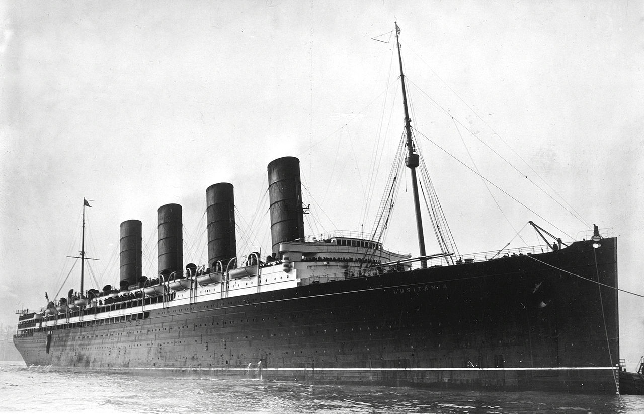 1280px-RMS_Lusitania_coming_into_port,_possibly_in_New_York,_1907-13-crop
