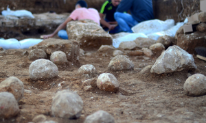 The sling stones on the floor of the excavation site, tangible evidence of the battle that was waged here 2,000 years ago. Copyright: Yoli Shwartz, courtesy of the Israel Antiquities Authority.