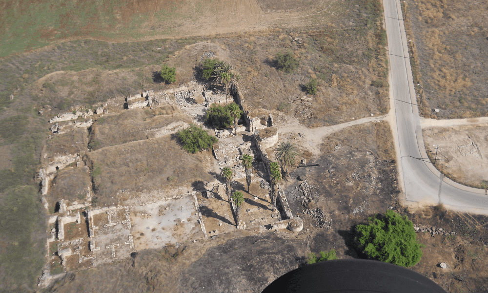 Aerial view of the excavated early-Islamic caliph's palace Khirbat al-Minya (photo/©: Dr. Gilad Cinnamon, Israel Antiquities Authority Jerusalem)