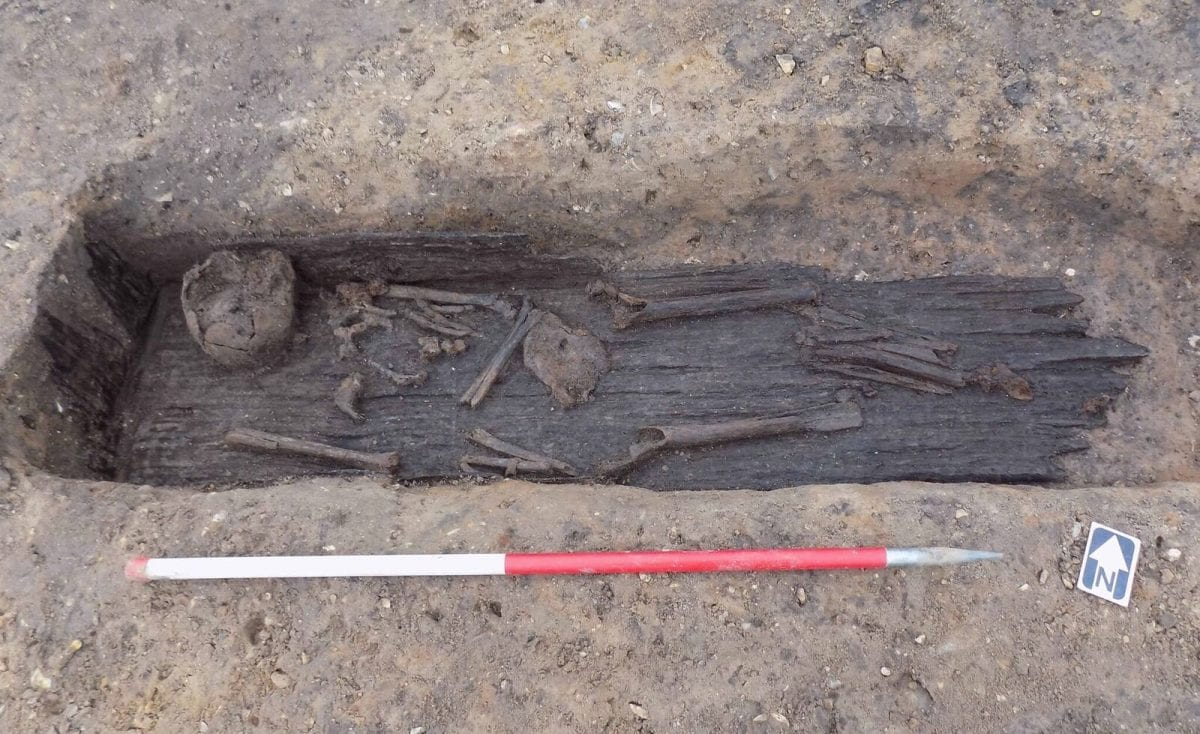 A plank lined grave with human remains at Grea…rgh (c) MOLA